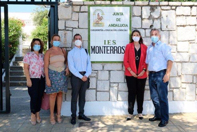 La delegada territorial de Educación y Deporte, Mercedes García Paine, ha visitado este lunes el IES Monterroso de Estepona (Málaga),