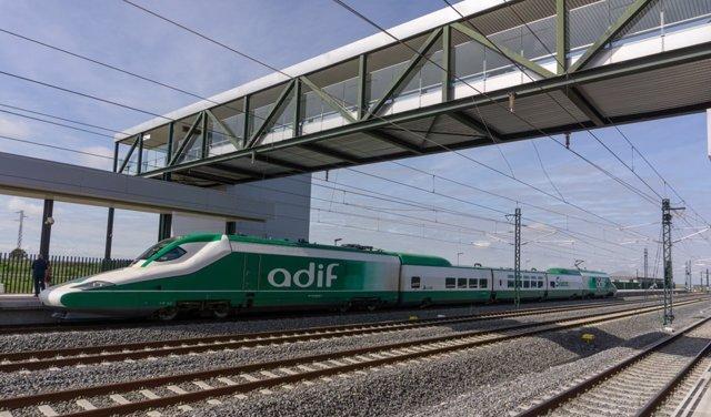 Archivo - Tren de mantenimiento de Adif