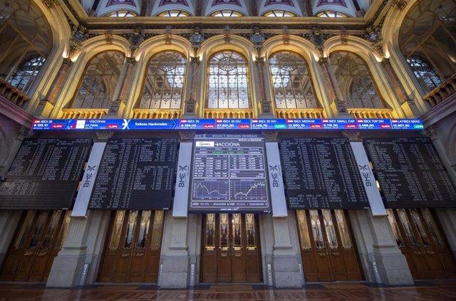 Archivo - Valores del Ibex 35 en los paneles del Palacio de la Bolsa de Madrid, a 18 de junio de 2021, en Madrid, (España).