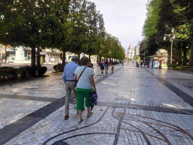 Archivo - Gente paseando por el Campo San Francisco de Oviedo durante la Fase 2 de la desescalada por el coronavirus.