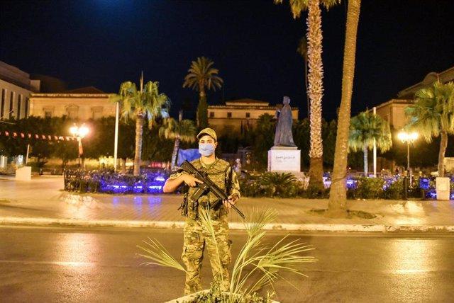 Un militar tunecino patrulla las calles del centro de la capital después de que el presidente, Kais Saied, anunciara la destitución del primer ministro, Hichem Mechichi, y la congelación del Parlamento.