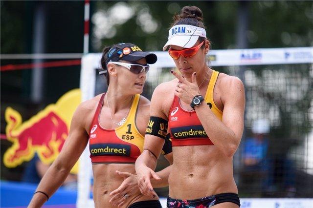 Archivo - Liliana Fernández Steiner y Elsa Baquerizo en el Campeonato del Mundo de voley playa en Hamburgo (Alemania).