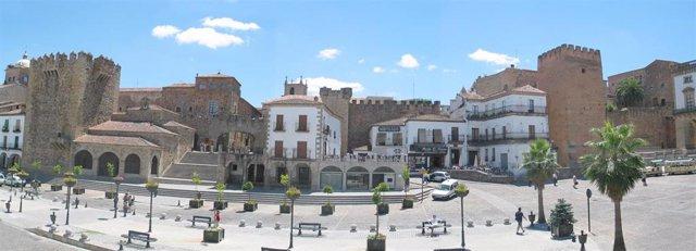 Archivo - Casco histórico de Cáceres, paseo, avenida, despejado