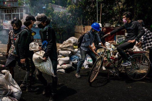 Archivo - Manifestantes levantan barricadas en Rangún, Birmania, durante las protestas contra el golpe de Estado