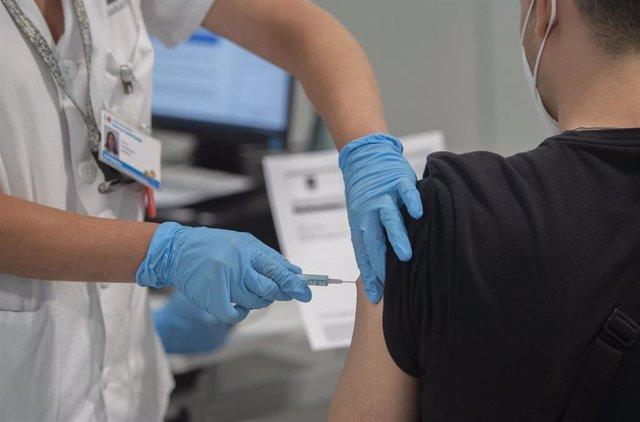 Un joven recibe la primera dosis de la vacuna en el Hospital Zendal.