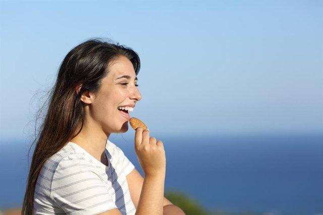 Archivo - Chica comiendo galletas.