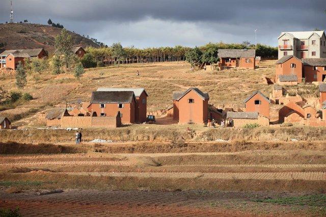 Archivo - Viviendas en los alrededores de la capital de Madagascar, Antananarivo