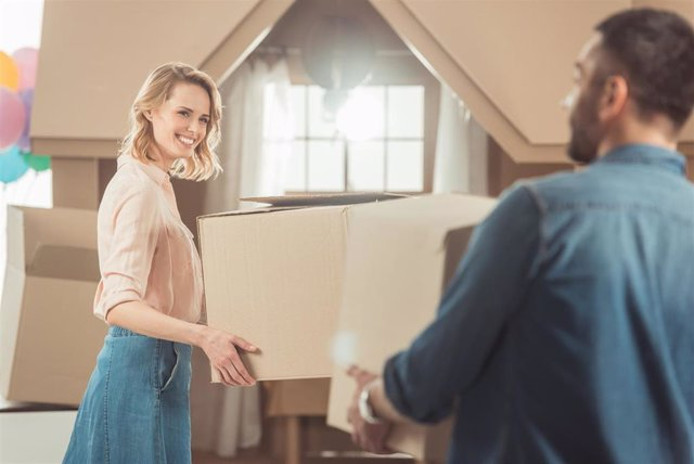 Archivo - Mujer de 32 años, perfil predominante de comprador de vivienda de cooperativa.