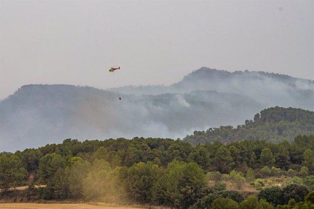 Arxiu - Un helicòpter treballa en l'extinció d'un incendi
