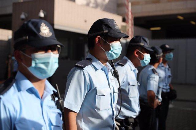 Archivo - La Policía de Hong Kong con mascarillas.