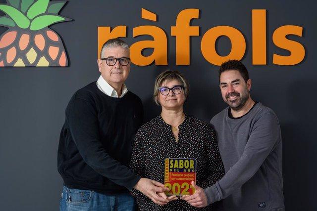 La directora general de Fruits Ràfols, Enriqueta Monfort, el gerent, Eduard Ràfols, i el director d'operacions, Carlos Jiménez, amb el Premi Sabor de l'Any