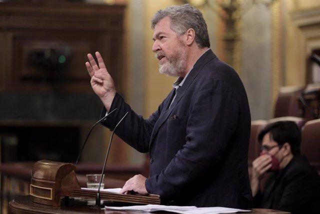 El diputado de Unidas Podemos, Juan Antonio López de Uralde, interviene en una sesión plenaria en el Congreso