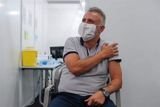Archivo - El presidente de Canarias, Angel Victor Torres, cuando recibió la vacuna contra la Covid-19