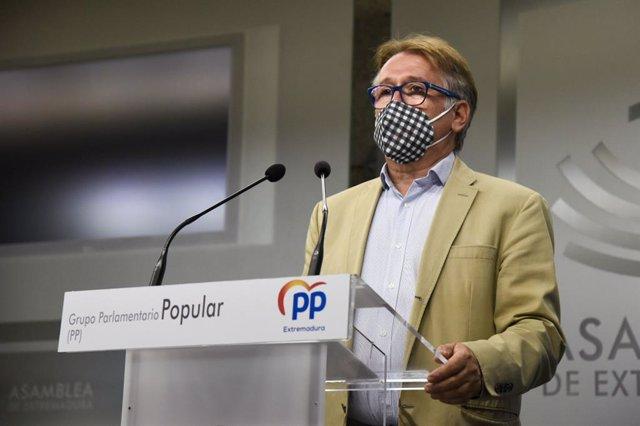 El portavoz de Infraestructuras del Grupo Parlamentario Popular, Víctor del Moral, en rueda de prensa este martes en Mérida