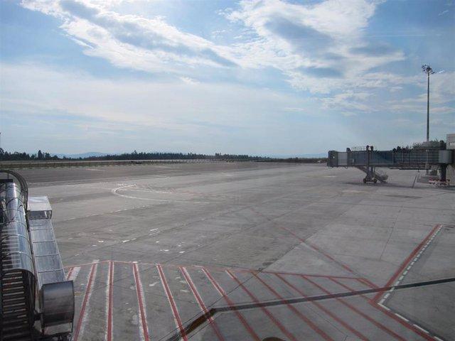 Archivo - Pista de la nueva terminal del aeropuerto de Lavacolla