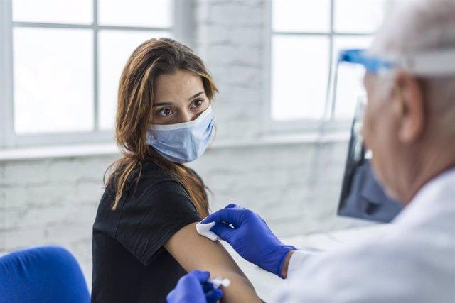 Mujer recibiendo la vacuna de la covid.