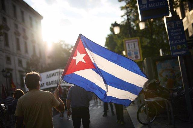 Personas portando banderas en una manifestación contra el embargo económico de Estados Unidos sobre Cuba, a 24 de julio de 2021, en Madrid (España). Coincidiendo con el día en el que comenzó la Revolución Cubana hace 68 años, la protesta ha sido convocada