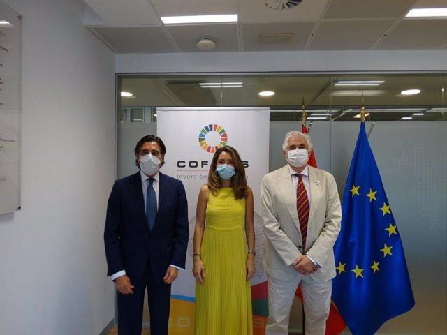 El presidente y consejero delegado de COFIDES, José Luis Curbelo, y el presidente y consejero delegado de Sacyr, Manuel Manrique, han firmado hoy el acuerdo de financiación en las oficinas de COFIDES en presencia de la secretaria de Estado de Comercio, Xi