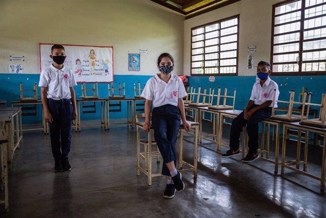 Tres estudiantes en una escuela de Venezuela.
