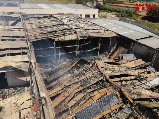 S'enfonsa la teulada de dues naus afectades per l'incendi a Montblanc (Tarragona)