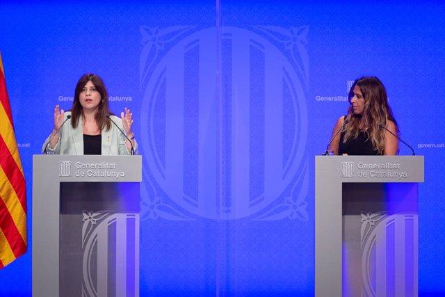La consellera de Recerca i Universitats, Gemma Geis (e), i la portaveu del Govern, Patrícia Plaja (d), intervenen en la conferència de premsa posterior al Consell Executiu