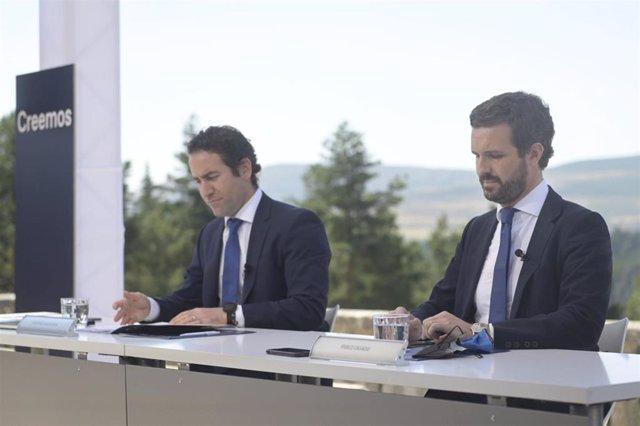 El presidente del PP, Pablo Casado acompañado del secretario general del PP, Teodoro García Egea, en la Junta Directiva Nacional del PP, en el Parador de Gredos, a 21 de julio de 2021, en Navarredonda de Gredos, Ávila, Castilla y León (España).