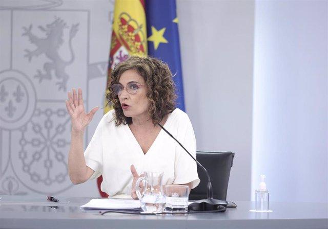 La ministra de Hacienda y Función Pública, María Jesús Montero, interviene en una rueda de prensa posterior al Consejo de Ministros celebrado en Moncloa, a 27 de julio de 2021, en Madrid (España). El Gobierno ha aprobado este martes una Oferta de Empleo P