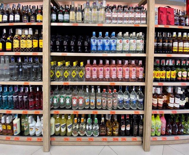 Archivo - Pasillo de bebidas alcohólicas en un supermercado de Madrid.