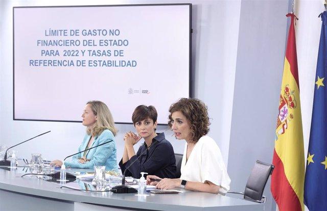 (I-D) La vicepresidenta primera del Gobierno y ministra de Asuntos Económicos y Transformación Digital, Nadia Calviño; la ministra de Política Territorial y portavoz del Gobierno, Isabel Rodríguez; y la ministra de Hacienda y Función Pública, María Jesús