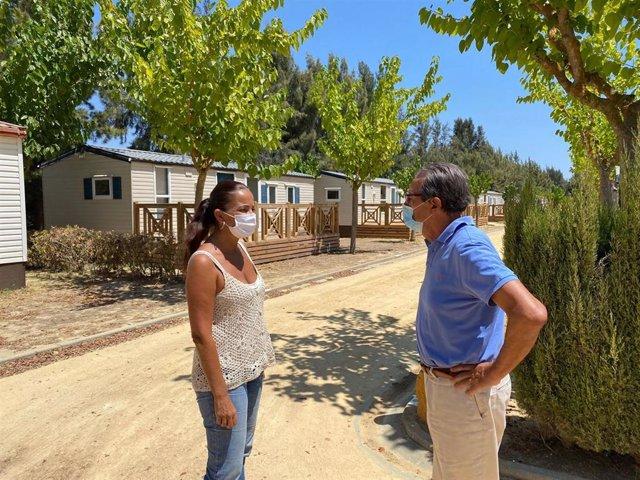 La delegada de Turismo en Huelva, María de los Ángeles Muriel, visita un camping de la provincia.