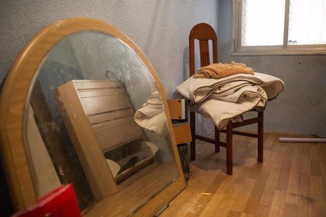 Una silla y un espejo en el domicilio ocupado por una familia, después de la ejecución de un desahucio (archivo)
