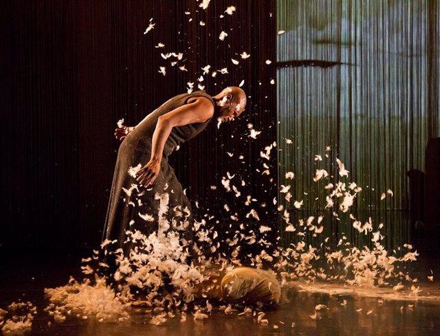 Imatge de l'espectacle 'À un endroit du debut', amb coreografia de Germaine Acogny i posada en escena de Mikaël Serre
