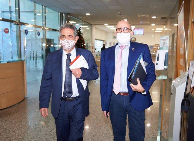 Archivo - Miguel Ángel Revilla y Miguel Rodríguez, presidente de Cantabria y consejero de Sanidad