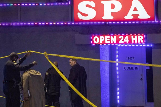 Archivo - 16 March 2021, US, Atlanta: Atlanta police officers and detectives work at a crime scene at Aromatherapy Spa and Gold Spa, both located on Piedmont Road NE in Atlanta after shootings. Robert Aaron Long, a 21-year-old man from Woodstock, Georgia,