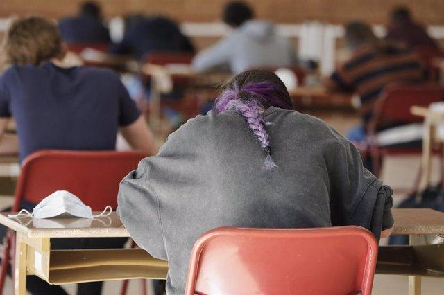 Archivo - Alumnos de Bachillerato de un colegio de Boadilla del Monte (Madrid), en los primeros exámenes presenciales de junio de 2020 tras el parón por el coronavirus