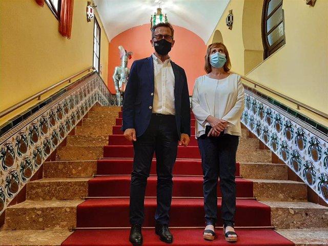 El delegado territorial de Turismo de la Junta en Granada, Gustavo Rodríguez, y la alcaldesa de Láchar, Nieves López Navarro