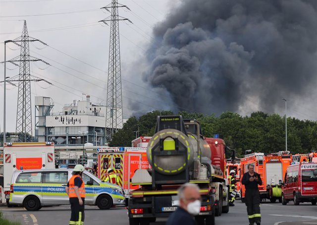"""27 July 2021, North Rhine-Westphalia, Leverkusen: Clouds of smoke billow after an explosion at a chemicals plant that led to an """"extreme danger"""" warning being issued and residents of the city on the Rhine being urged to close windows and doors. Photo: Oli"""