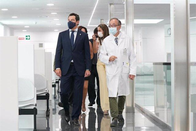 El presidente de la Junta de Andalucía, Juanma Moreno, en la inauguración del centro de salud de Isla Chica, en la ciudad de Huelva.