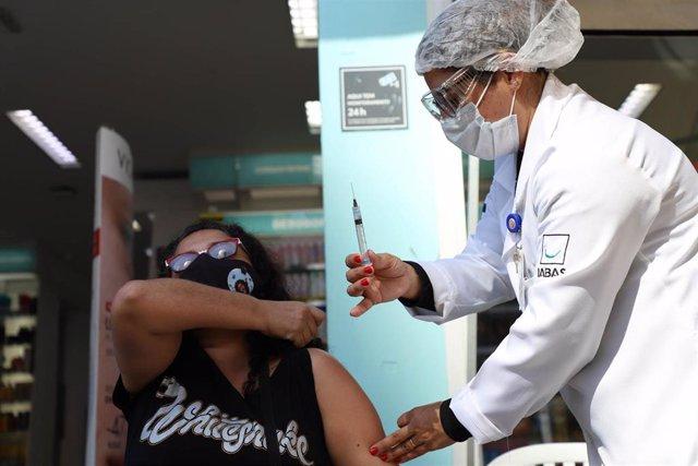 Una mujer recibe una dosis de la vacuna contra la COVID-19 en Sao Paulo