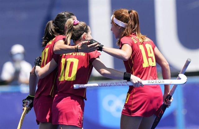 Las jugadoras de la selección femenina de hockey sobre hierba celebran un gol en los Juegos Olímpicos de Tokio