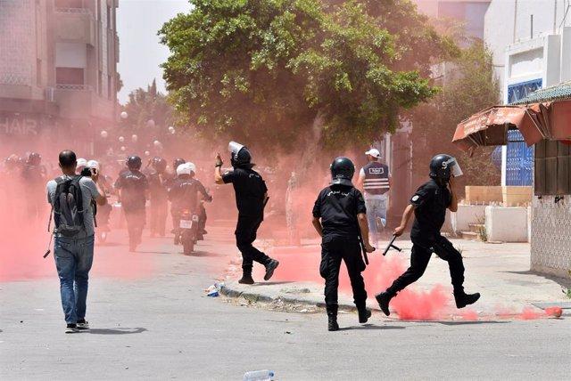 Actuación de las fuerzas de seguridad de Túnez por las protestas que llevaron a la toma de todas las competencias del presidente Kais Said