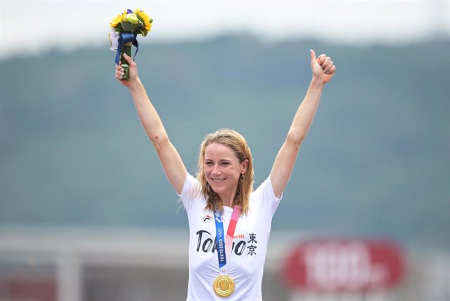 La neerlandesa Annemiek van Vleuten celebra su oro en la crono de los Juegos de Tokyo 2020.