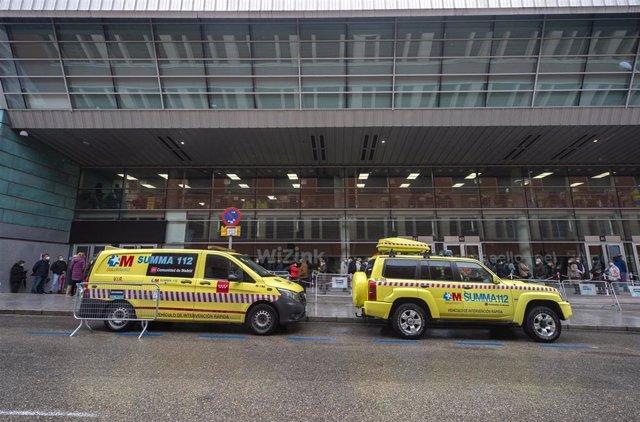 Archivo - Varias ambulancias aparcadas en las inmediaciones del dispositivo puesto en marcha en el Wizink Center para administrar la primera dosis de la vacuna AstraZeneca contra el Covid-19, a 9 de abril de 2021, en Madrid, (España).