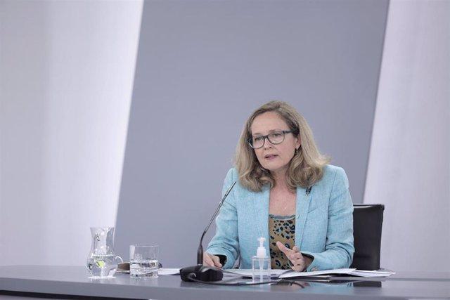La vicepresidenta primera del Gobierno y ministra de Asuntos Económicos y Transformación Digital, Nadia Calviño, interviene en una rueda de prensa posterior al Consejo de Ministros celebrado en Moncloa, a 27 de julio de 2021, en Madrid (España). El Gobier