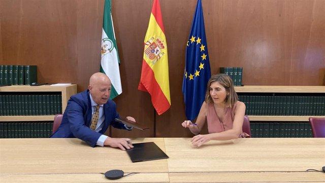 La consejera de Empleo, Formación y Trabajo Autónomo, Rocío Blanco, y el consejero de Educación y Deporte, Javier Imbroda, suscribiendo el acuerdo.