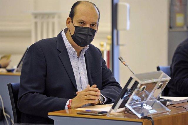 El portavoz de Hacienda del Grupo Popular, Luis Alfonso Hernández Carrón