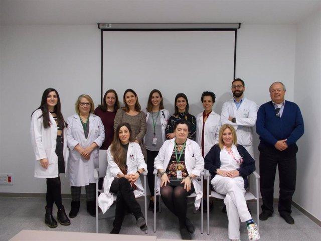 Parte del equipo de investigación liderado por la Universidad de Granada que ha demostrado la efectividad de una crema para tratar dermatitis por radioterapia en mujeres con cáncer de mama