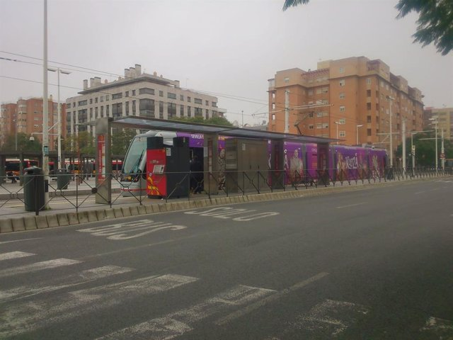 Archivo - El tranvía en la parada de San Bernardo