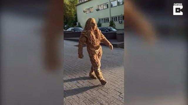 Sergey Chervyakov es el creador de este curioso disfraz hecho completamente con cuerdas