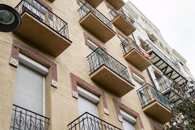 Imatge de la façana d'una de les finques que ha comprat l'Ajuntament de Barcelona